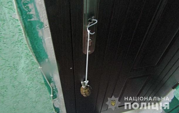 У Бердичеві на двері квартири повісили гранату