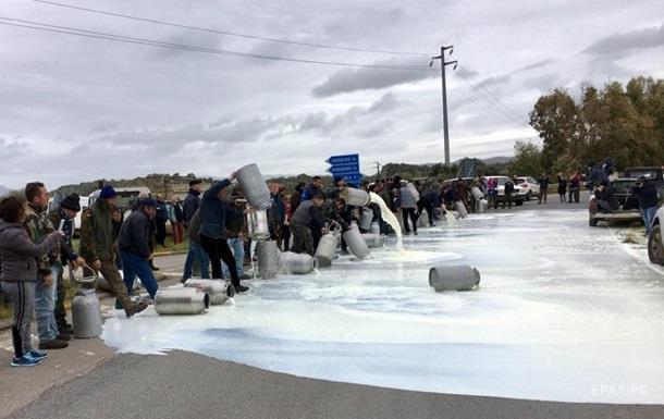 Итальянские фермеры в знак протеста вылили тонны молока