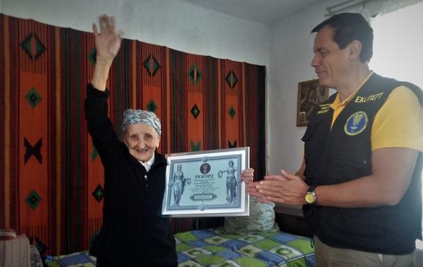 Рекорд Украины: 93-летняя жительница Львовской области села на шпагат