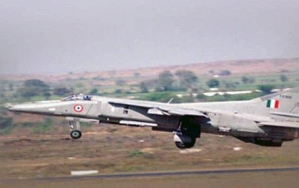 В Индии упал военный самолет