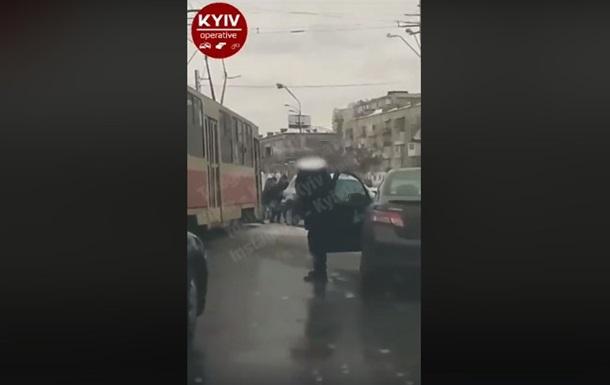 В Киеве пассажиры трамвая толкали авто  героя парковки