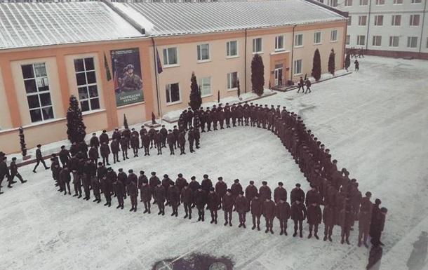 В Харькове курсанты провели романтический флешмоб