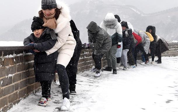 """Великая Китайская стена стала """"ледяной горкой"""""""