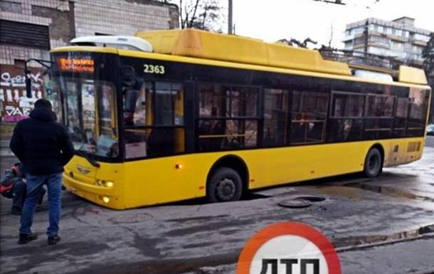 У Києві під тролейбусом провалився асфальт