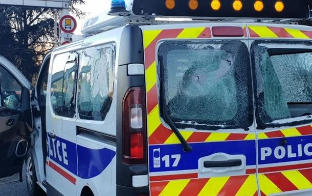 Желтые жилеты  напали на полицейский автомобиль в Лионе