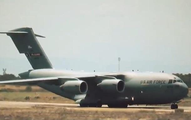 Літаки США з гуманітаркою для Венесуели прибули в Колумбію