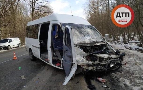 Под Киевом маршрутка попала в ДТП: 10 пострадавших