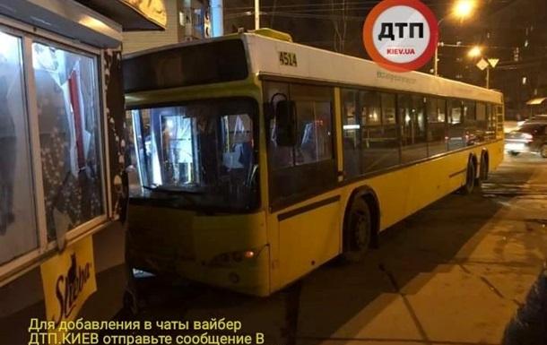 У Києві водієві автобуса стало погано: авто врізалося в магазин