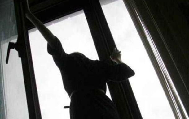 В Херсоне выпала из окна молодая девушка