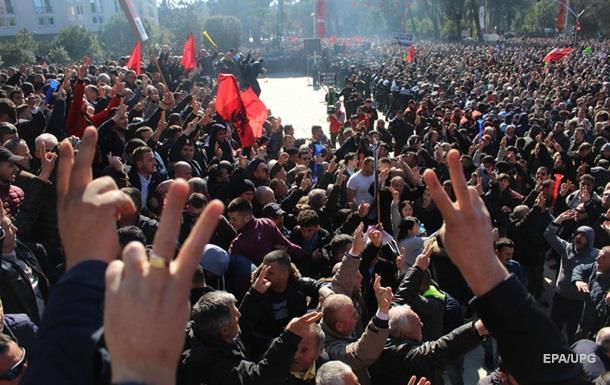 В Албанії тисячі людей протестують проти уряду