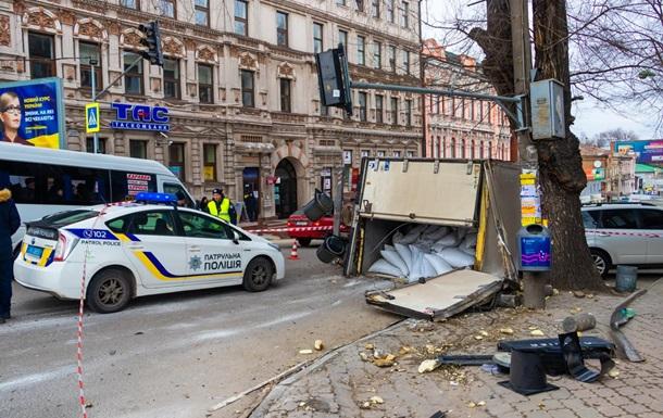 В Днепре грузовик снес светофор и перевернулся