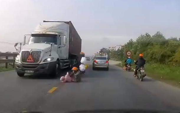 Жительница Вьетнама спасла ребенка из-под колес фуры