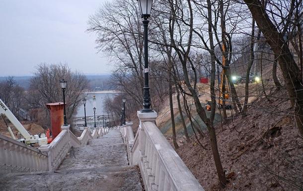 Фотограф показав будівництво пішохідно-велосипедного моста в центрі Києва