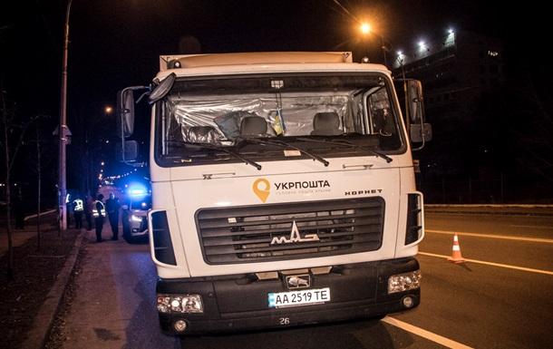 В Киеве грузовик Укрпочты столкнулся с полицейским авто