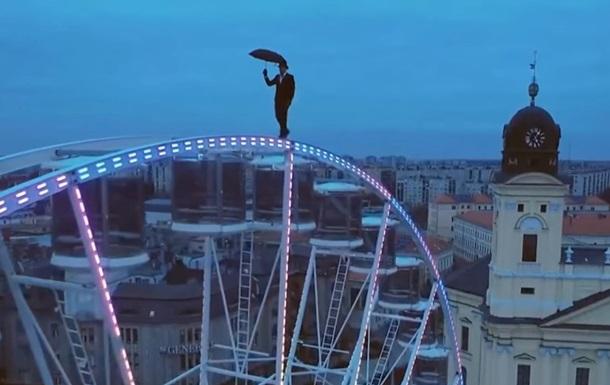 В Угорщині акробат прогулявся колесом огляду