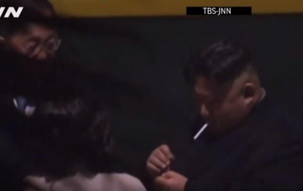 Кім Чен Ина спіймано з сигаретою на пероні вокзалу