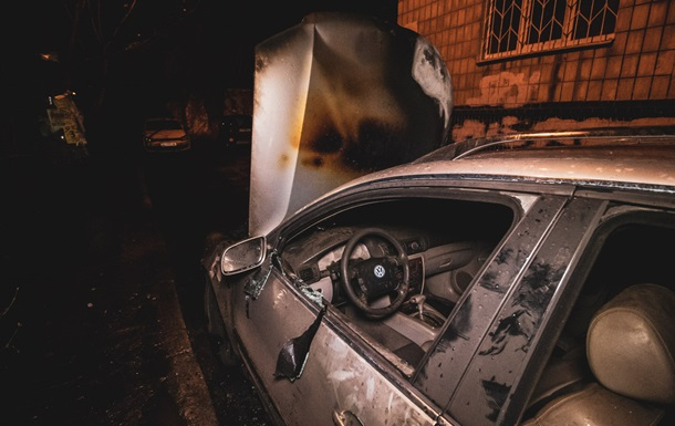 Во дворе многоэтажки в Киеве сгорело авто