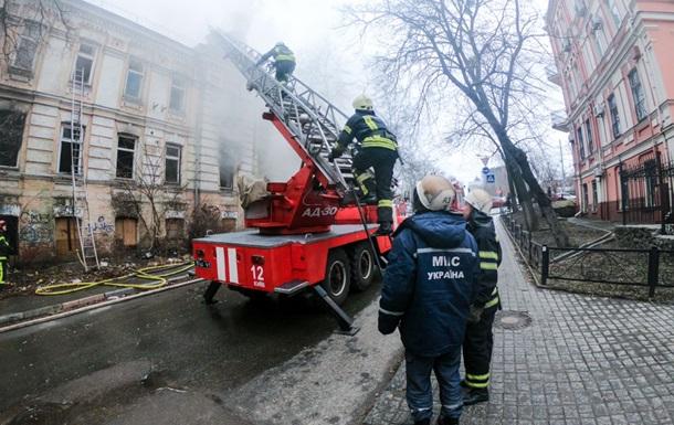 В Киеве третий раз за неделю горит нежилой дом