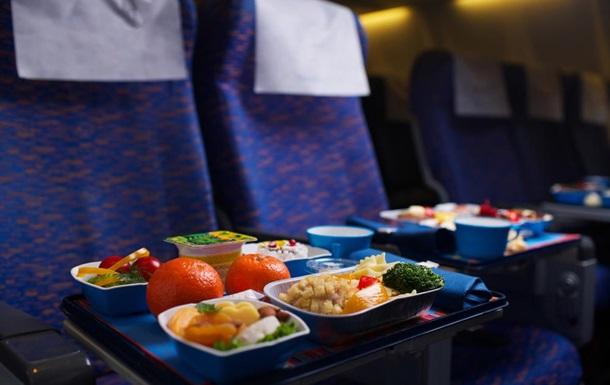 Пассажир самолета нашел в еде кусок зуба