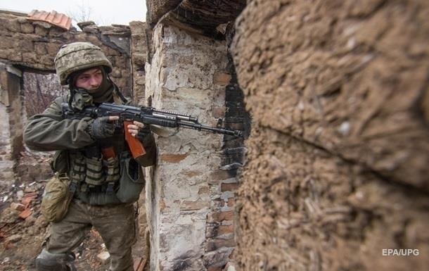 На Донбассе семь обстрелов за день, ранен военный