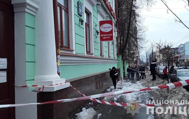 В Харькове ледяная глыба с крыши дома травмировала двух человек