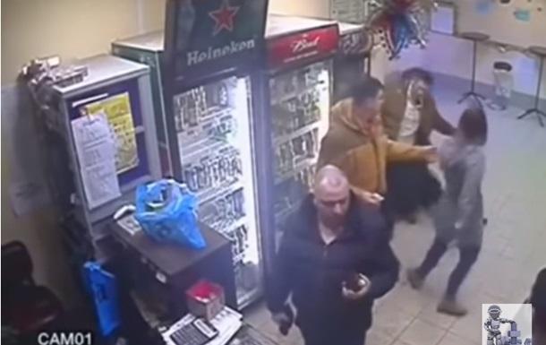 Продавщица нокаутировала агрессивного покупателя