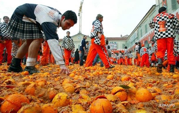 В Испании проходит ежегодная битва апельсинами