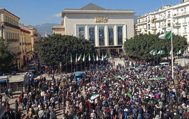Президент Алжиру попри масові протести йде на п ятий термін