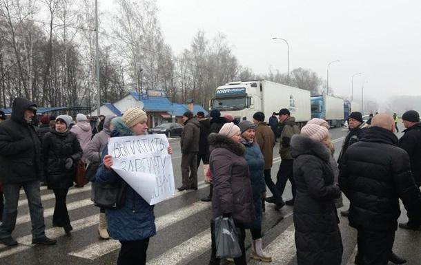 На Сумщине работники казенного завода перекрыли трассу