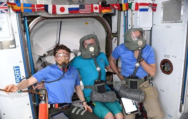 Экипаж МКС в противогазах исследовал корабль Crew Dragon