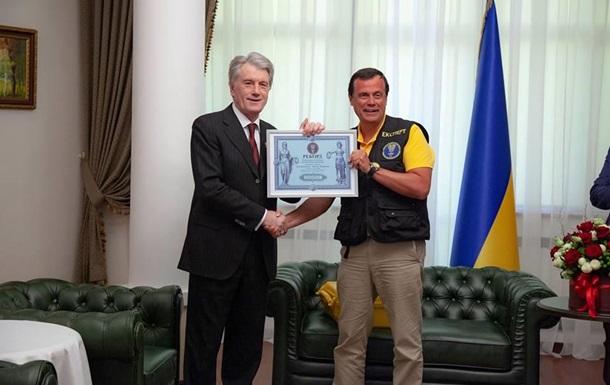 Ющенко побив світовий рекорд із колекції рушників