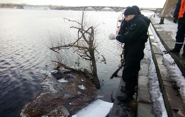 В Киеве из Днепра достали тело мужчины