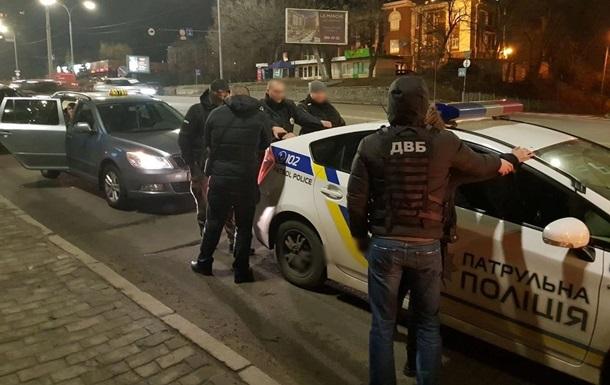 В Киеве за взятки задержали двух офицеров полиции