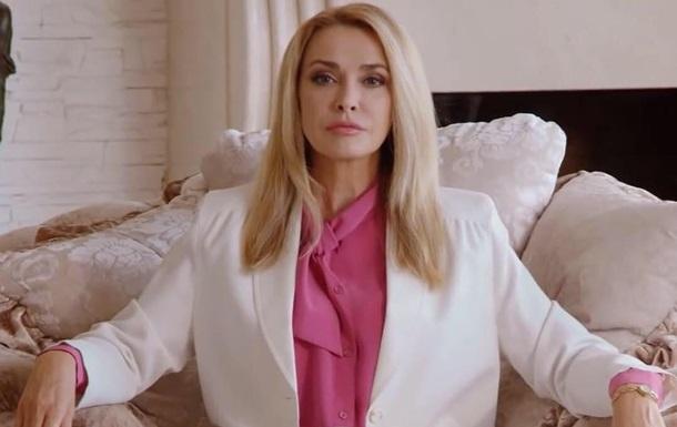 Ольга Сумская продемонстрировала грудь в глубоком декольте
