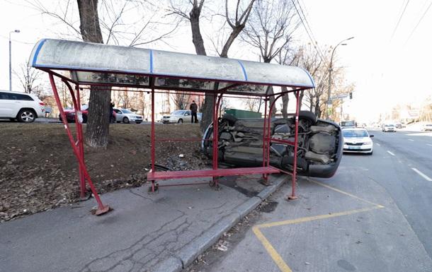 В Киеве автомобиль снес остановку