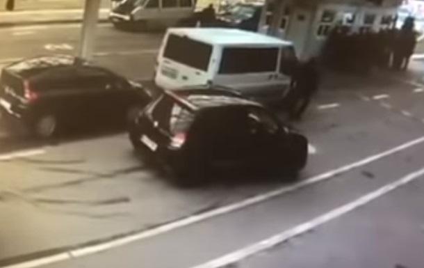 Появилось видео, как украинские пограничники пропустили авто с героином