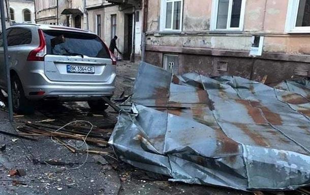 У Львові шквальний вітер зірвав дахи і повалив дерева