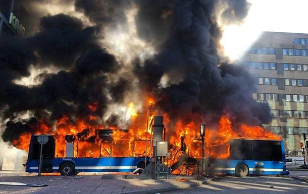 У центрі Стокгольма вибухнув автобус