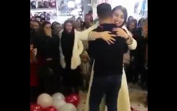 В Ірані пару заарештували за освідчення в ТРЦ