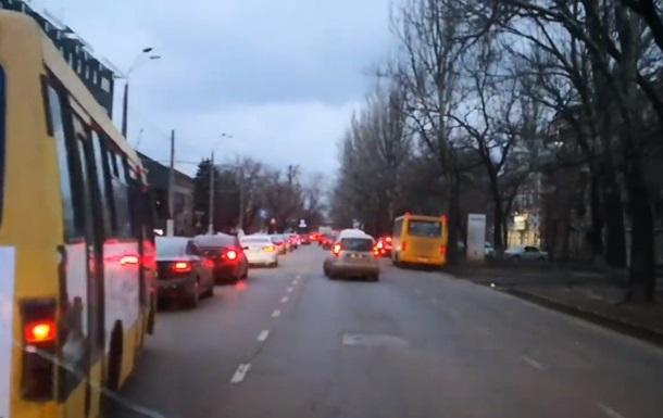 У Мережі обговорюють відео, як водії в Одесі пропускають  швидку