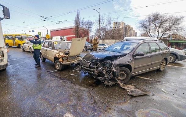 У Києві водій легковика збив жінку з дитиною