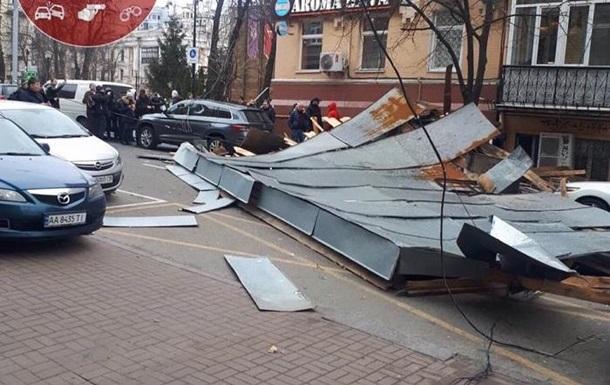 В Киеве сильный ветер снес крышу со здания