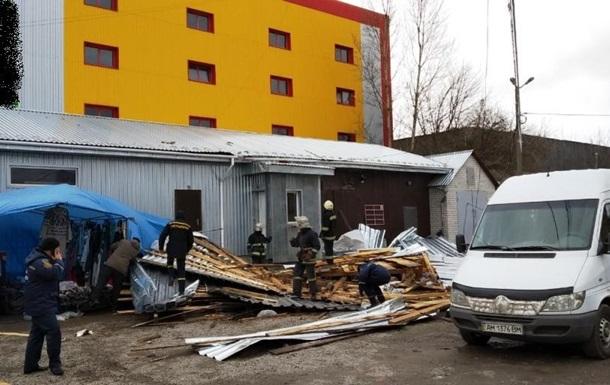 У Житомирській області зірваний вітром дах убив жінку