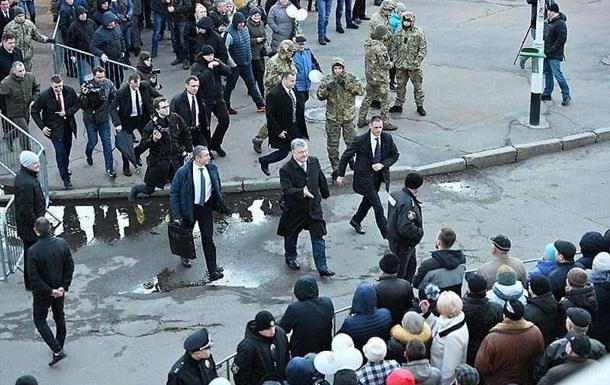 В АП заявили о фейковом фото  побега  Порошенко