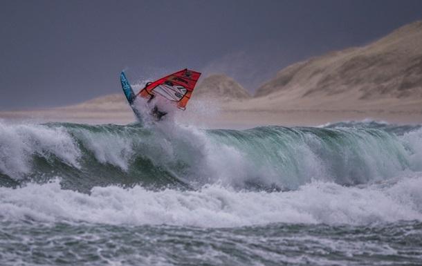 Серфінгісти влаштували змагання при екстремальному вітрі