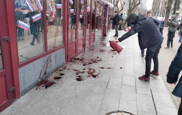 Націоналісти облили кров ю будівлю НАБУ