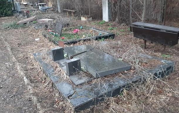 В Киеве вандалы разгромили Лесное кладбище