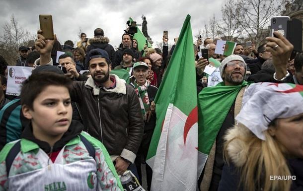 В Алжирі перенесли вибори президента після масових протестів