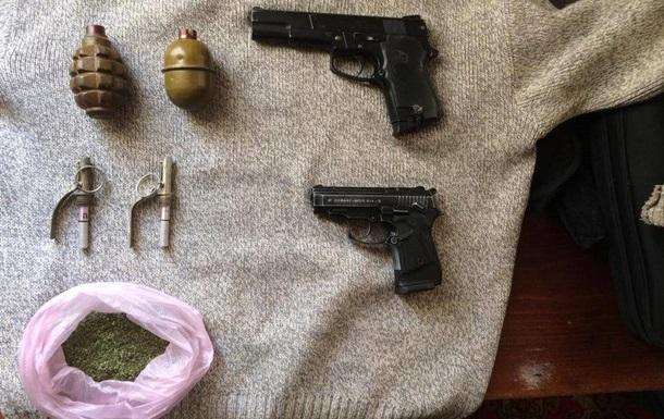 На Донбасі затримали чоловіка з пістолетами і гранатами