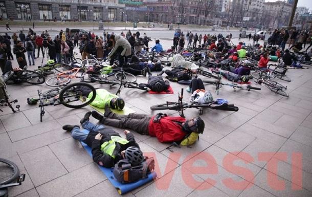 Велосипедисти влаштували лежачу акцію протесту біля Київради